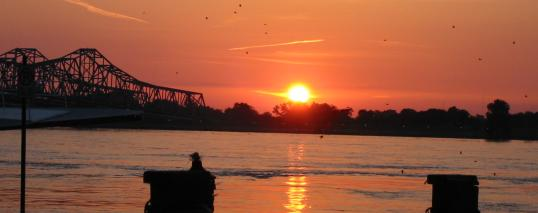 sunset on Mississippi River.JPG (14695 bytes)